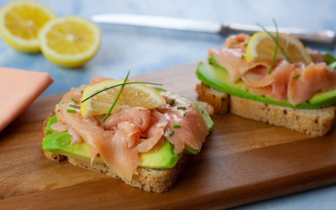 Toast con avocado e salmone affumicato